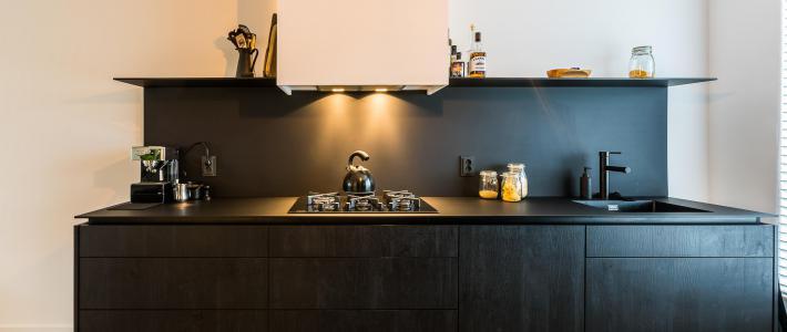 All black keuken waterfront beyer interieur for Interieur keuken